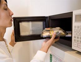 Seberapa amankah Wadah Makanan Plastik untuk Microwave?