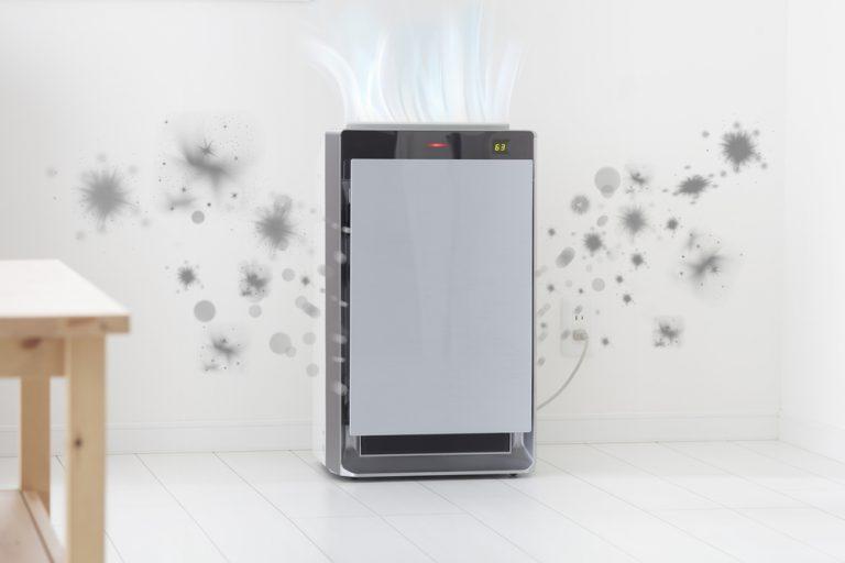 Air purifier sedang bekerja menyaring udara kotor